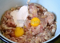 В фарш добавить яйца, крахмал, соль и перец