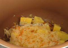 Выложите вчашу картофель и квашеную капусту