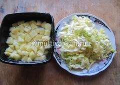 Нарезаем картофель и капусту