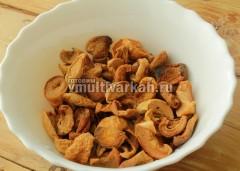 Сушеные яблоки и абрикосы смешайте в одной посуде