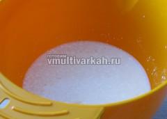 Когда опара поднимется, добавьте кукурузную крупу с простоквашей и соль