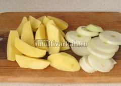 Порежьте кольцами лук и четвертинками картошку