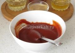 Из томатной пасты, меда и горчицы приготовьте соус