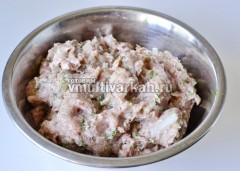 К молотому мясу добавьте лук, соль и перец