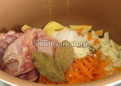Овощи, мясо, соль и специи выложите в чашу