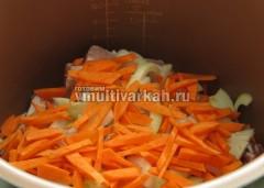Выложите ребрышки, лук и морковь в чашу, готовьте 30 минут в режиме Выпечка
