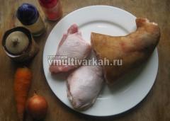 Подготовьте свиную рульку, курицу и остальные ингредиенты