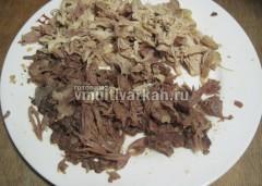 Отделите мясо от кожи и костей, разделите на волокна
