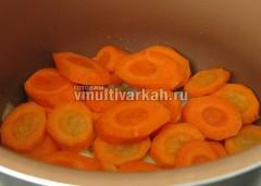 В чашу добавьте ложку масла и выложите овощи