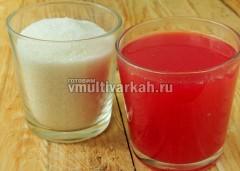 Получившийся сок-пюре смешайте с таким же количеством сахара и варите в режиме Варенье 20 минут