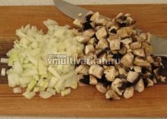 Лук и грибы измельчите кубиками