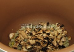 Добавьте грибы и обжарьте до выпаривания жидкости