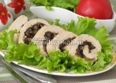 Нарезайте остывшим и подавайте с овощами и зеленью