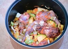 Выложить овощи к мясу и хорошо перемешать