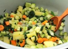 Добавьте морковь, лук, картошку и жарьте еще 2 минуты