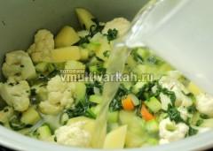 Залейте овощи теплой водой