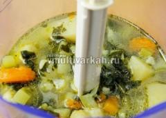 Горячий суп перелейте в блендер