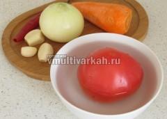 Очистите и помойте овощи, снимите кожу с помидора