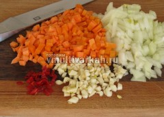 Мелко нарежьте лук, морковь, чеснок и перец чили