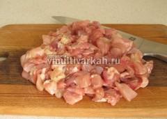 Нарежьте куриное филе небольшими кусочками