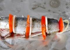 На фольгу выложите кусочки рыбы, чередуя с помидором и луком
