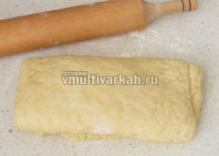 Несколько раз раскатывайте тесто в пласт и складывайте, снова раскатывая