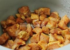 Мясо обжарьте в режиме выпечка 25 минут