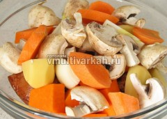 Выложите овощи в миску к мясу и хорошо все перемешайте