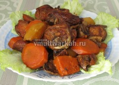 готовую курицу и овощи выложите на блюдо и подавайте к столу