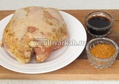 Подготовьте куриную грудку, приправу и соевый соус