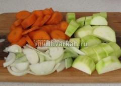 Измельчите лук, морковь и кабачок
