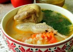 Суп можно оставить на подогреве столько, сколько нужно, затем насыпать в тарелки и добавить свежую зелень