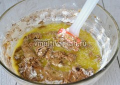 Растопите масло и влейте в тесто