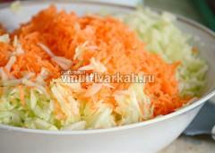 Капусту нашинкуйте и примните с солью, добавьте натертый кабачок и морковь, смешайте
