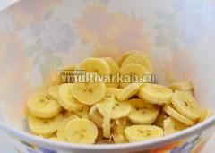 Нарежьте кружочками очищенные бананы