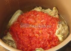 Залейте мясо томатным соусом