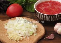 Для соуса измельчить лук, чеснок, томаты, базилик