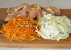 Нарежьте мясо и овощи