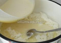 Смешайте манку с кефиром, творог и яично-сахарную смесь