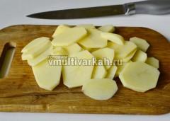 Картофель очистите и тонко нарежьте кружочками