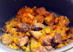 Добавьте овощи к мясо, перемешайте и готовьте еще минут 5