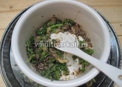 Подготовьте маринад для рыбы из зелени, чеснока, масла и специй