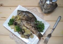 Подавайте карп с овощами на порционных тарелках