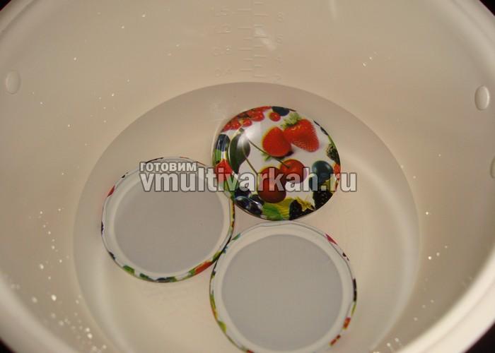 В чашу налейте воду и сложите крышечки