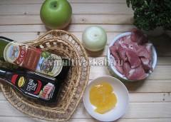 Подготовьте ингредиенты, мясо помойте и нарежьте