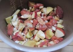 Тушите 20 минут, затем добавьте яблоки