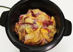 Мясо натрите солью и перцем, сложите в чашу мультиварки