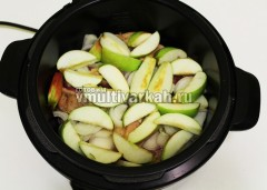Выложите сверху лук, яблоки, вложите лавровый лист и залейте водой