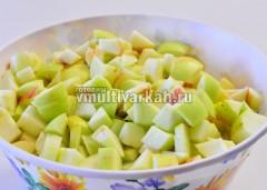 Яблоки помойте, очистите от сердцевин и порежьте