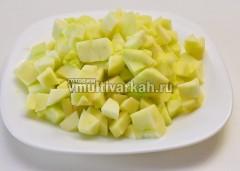 Яблоки помыть, почистить и нарезать